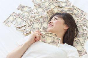 お金を稼ぐ女性